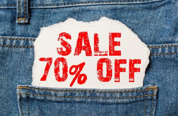 Saldi 70 su carta bianca nella tasca dei jeans blu denim
