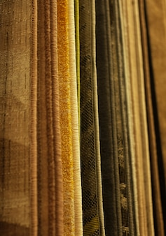 Vendita assortimento di diversi tappeti in negozio. foto da vicino