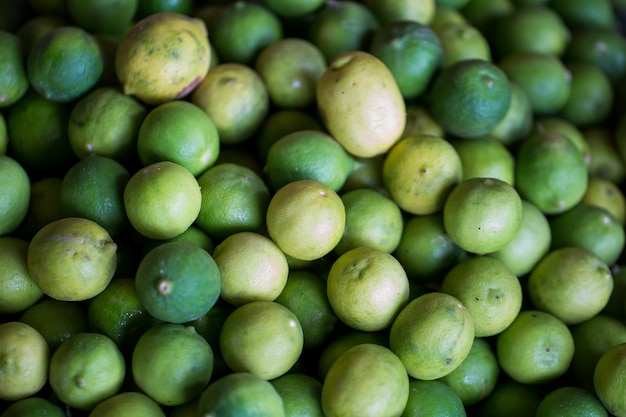 Vendita di limette fresche nel mercato indiano a mauritius