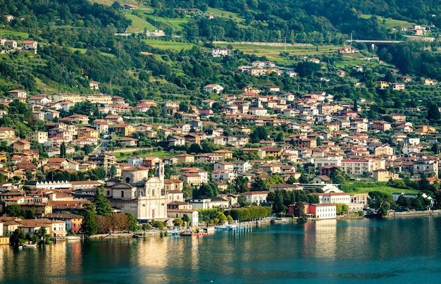 Sale marasino con la chiesa di san zenone sul lago d'iseo in lombardia, italia