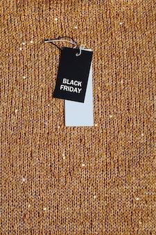 Etichetta di vendita con testo black friday sulle scintille gialle