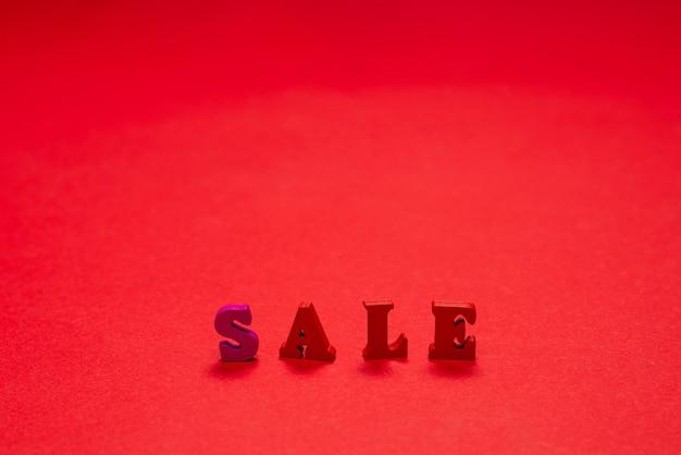 Testo di vendita su un bacground rosso. copia spazio. bandiera di vendita.