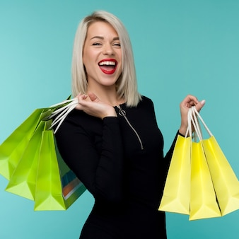 Vendita. giovane donna sorridente che tiene i sacchetti della spesa in vacanza venerdì nero