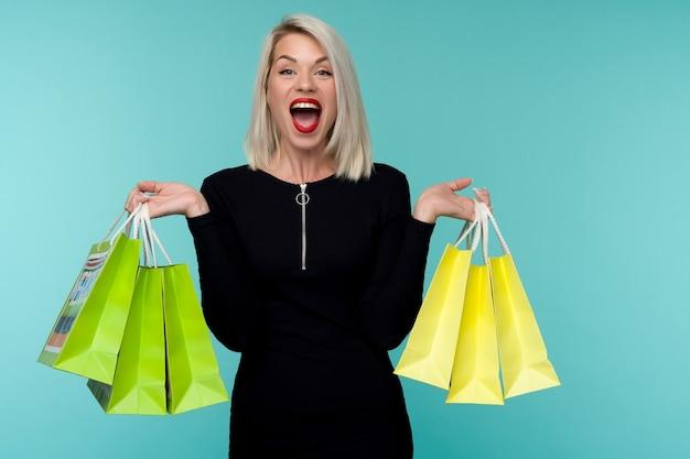 Vendita. giovane donna sorridente che tiene i sacchetti della spesa in vacanza venerdì nero.