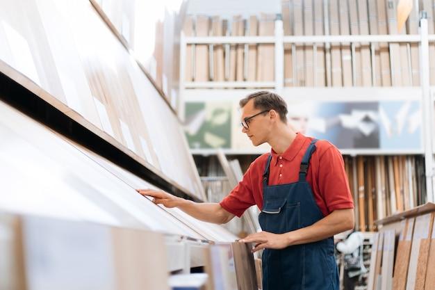 Consulente di vendita che ispeziona campioni di rivestimenti per pavimenti