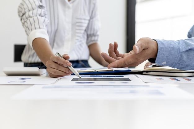 Il reparto commerciale sta facendo una riunione di riepilogo mensile per portarlo al responsabile di reparto, sta verificando la correttezza dei documenti che vengono preparati prima di portarlo al responsabile