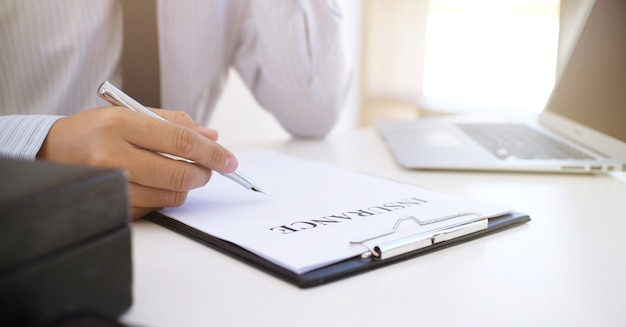 Responsabile delle vendite che fornisce il documento del modulo di domanda di consulenza