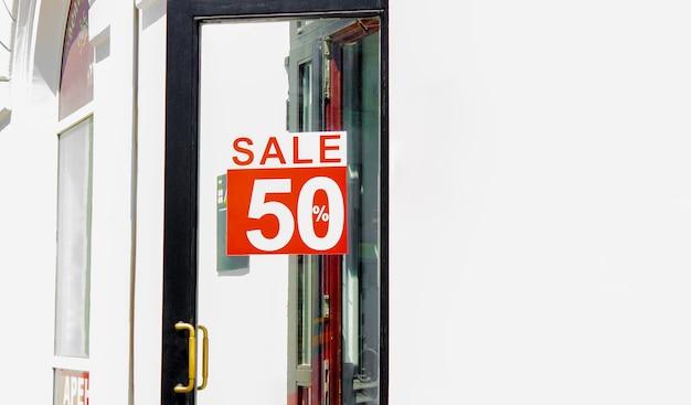 Segno di vendita del cinquanta percento di sconto sul davanti di una porta
