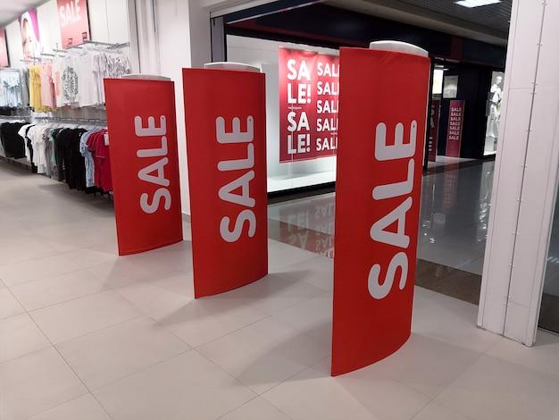 Segno di vendita del cinquanta percento di sconto sul fronte di un negozio store