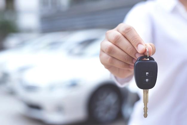 Venditore che tiene in mano una chiave dell'auto