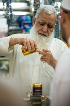 Il venditore in un negozio di profumi tradizionali