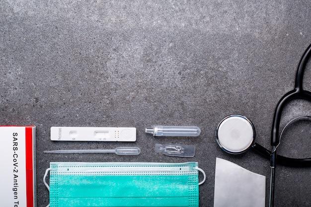 Kit di test dell'antigene della saliva con spazio di copia per il controllo del coronavirus. virus della malattia del test della procedura medica e sanitaria.