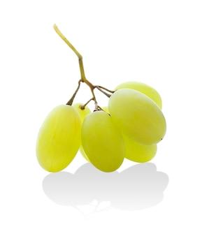 Sall grappolo d'uva verde isolato su uno spazio bianco con la riflessione
