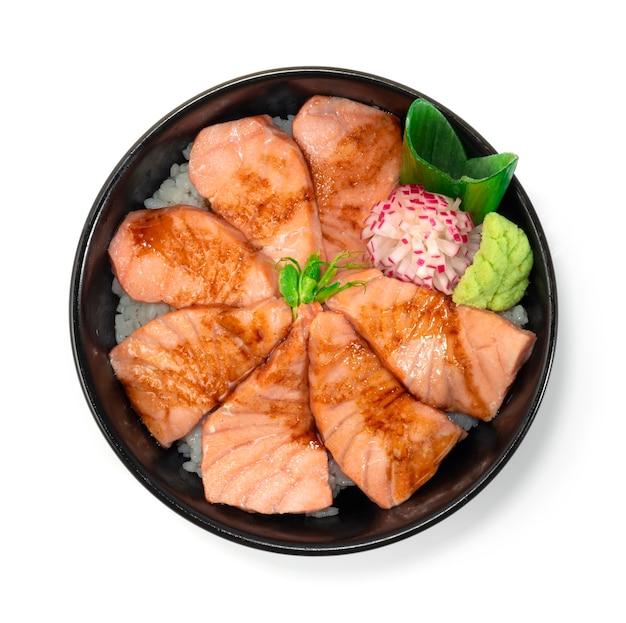 Salmone aburi don servito verdure intagliate topview in stile giapponese