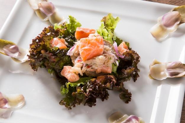 Ceviche di salmone, granchio e insalata con carciofi