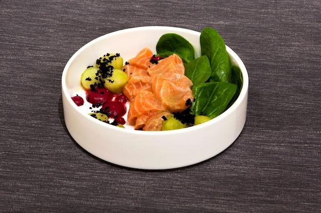 Ceviche al salmone. fette di salmone in salamoia condite con zenzero, lime, peperoncino e aglio.