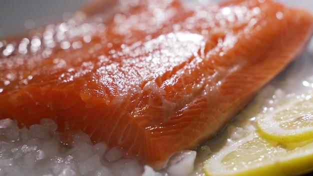 Salmone norvegese al mercato di bergen in norvegia