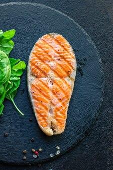 Salmone grigliato pesce fritto barbecue grill barbecue frutti di mare