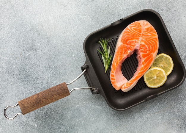 Salmone e limone in padella adagiata