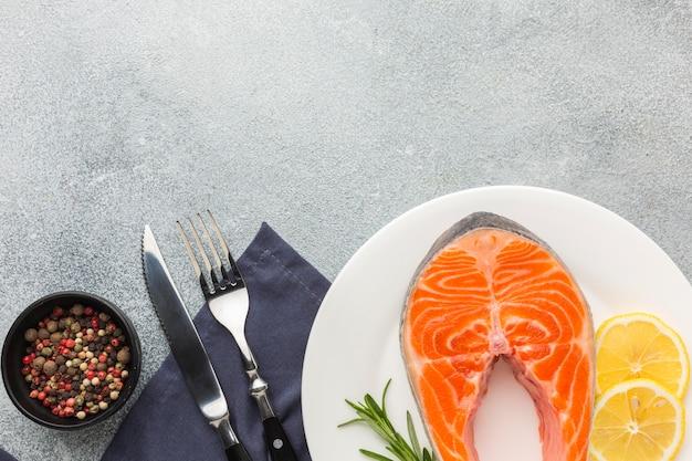 Salmone e limone sulla vista superiore del piatto