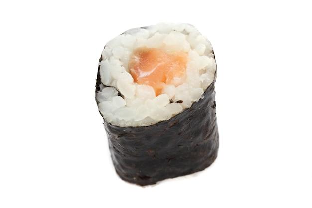 Sushi di color salmone maki isolati nel bianco