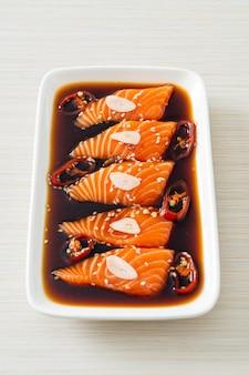 Shoyu marinato al salmone o salsa di soia marinata al salmone in stile coreano