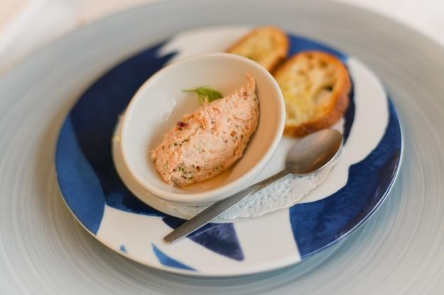 Patè di salmone per un aperitivo in un ristorante francese