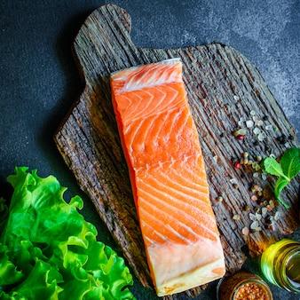 Pezzo di salmone di pesce rosso frutti di mare piccanti