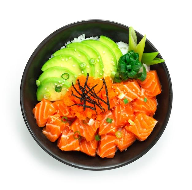 Poke bowl di salmone con fetta di avocado