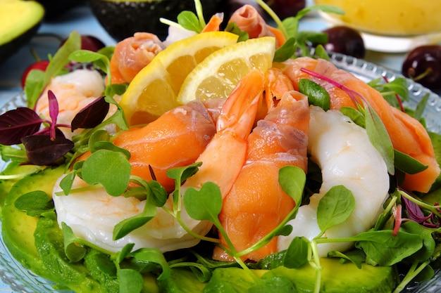 Fine dell'insalata di estate del gamberetto e del salmone su