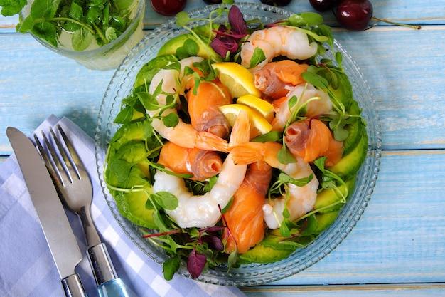Vista dall'alto di insalata estiva di salmone e gamberi