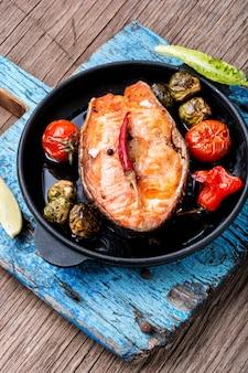 Salmone arrostito in padella