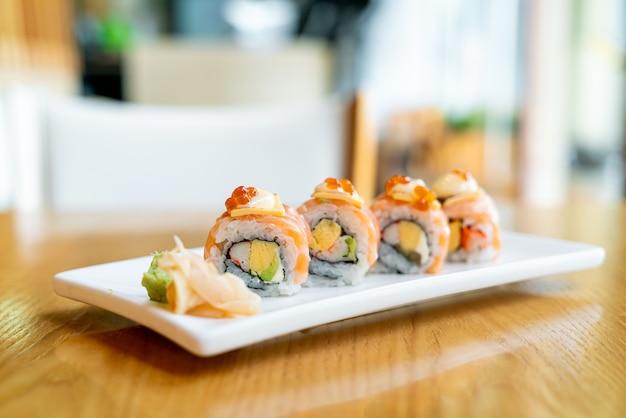 Sushi roll di salmone con formaggio in cima - stile di cibo giapponese