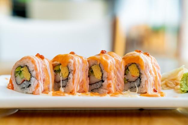 Sushi roll al salmone con salsa in cima. stile di cibo giapponese