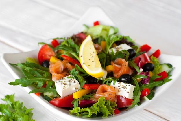 Porzione tradizionale di insalata di salmone
