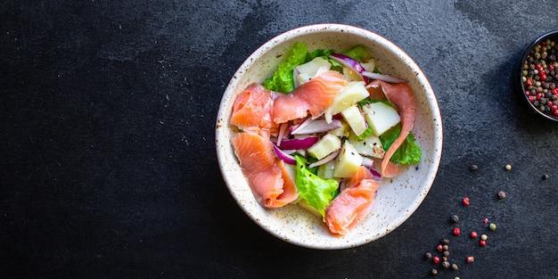 Salmone insalata di verdure lattuga, patate, pesce keto o paleo dieta pescetarian