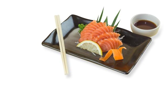 Sashimi di salmone con piastra bianca isolata su sfondo bianco