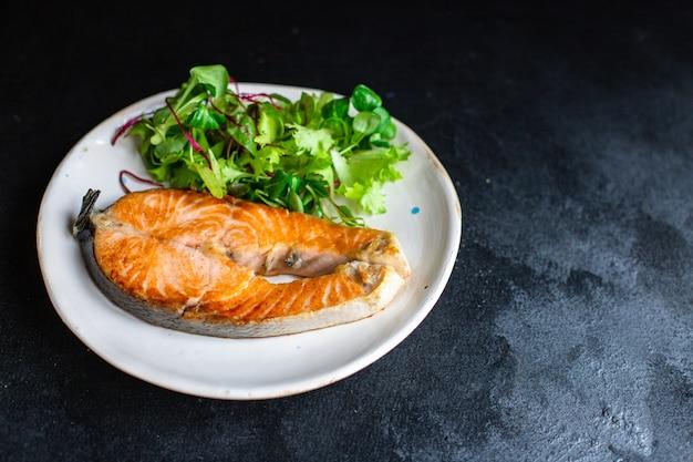 Frutti di mare salmone fritto pesce barbecue in piastra alla griglia