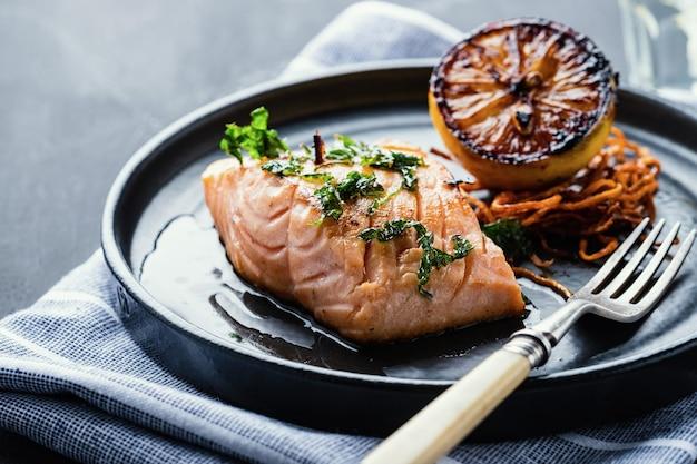 Salmone sole meuniere al limone. filetto di pesce rosso. trota bistecca fritta con salsa di burro, limone e prezzemolo