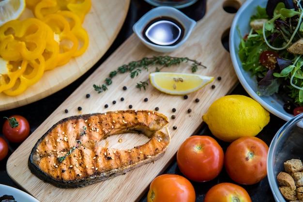 Trancio di salmone e insalata di verdure, vista dall'alto.