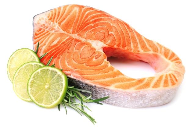 Trancio di salmone su sfondo bianco