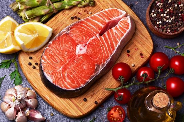 Trancio di salmone con pomodori asparagi al limone e spezie con olio d'oliva