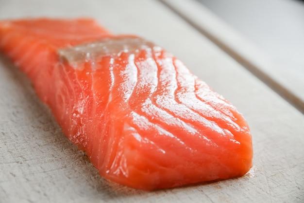 Trancio di salmone su un tagliere di legno. vista ravvicinata