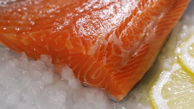 Bistecche di salmone e filetto di salmone tranci e filetto di salmone fresco sono disposti su ghiaccio