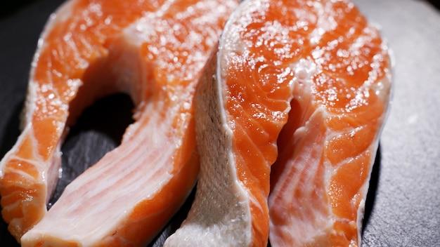 Sushi di salmone sul piatto nero nel fuoco selettivo del ristorante