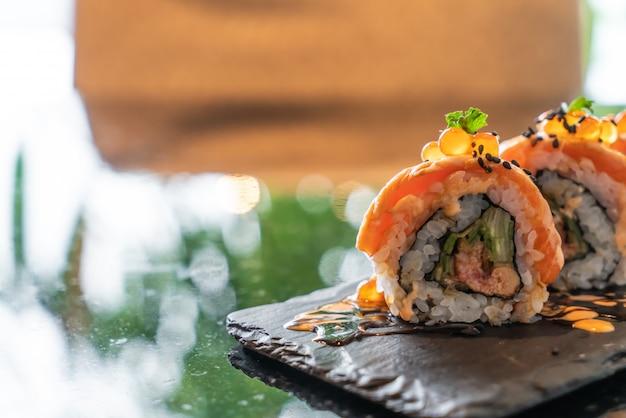 Involtini di sushi di salmone con foie gras