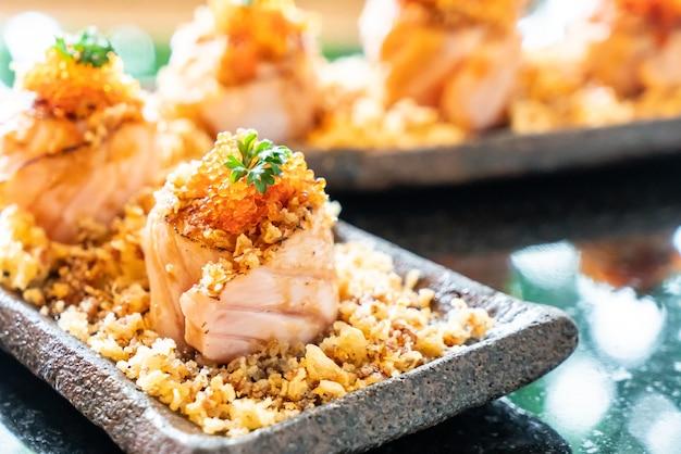 Involtini di sushi al salmone con salsa