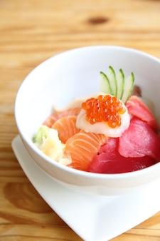 Sushi di salmone con riso su fondo di legno