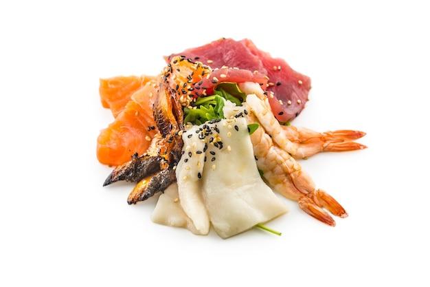 Tonno salmone anguilla affumicata gamberetti come insalata di pesce di mare asiatico isolato su bianco.