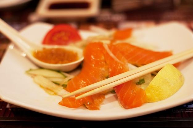 Insalata di salmone e verdure con sfondo sfocato